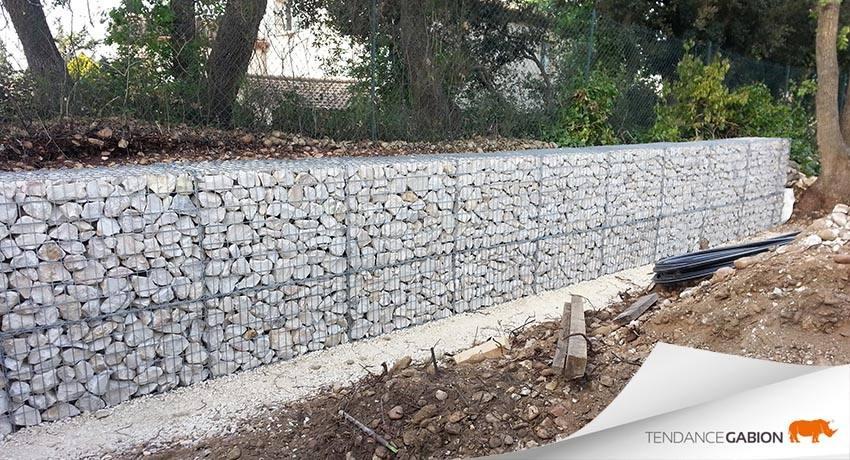 Tendance Gabion, petit mur de soutènement de 1,20m de hauteur, en 2 rangs : 70cm sur 50cm, posé sur une assise en tout-venant compacté.